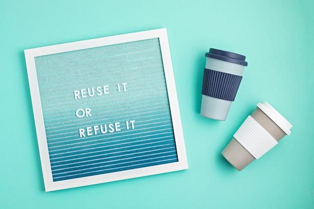 Многоразовая кофейная чашка и почтовый ящик с текстом, используйте его повторно или откажитесь от него Premium Фотографии