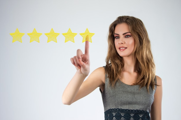 Просмотрите, повысьте рейтинг или рейтинг, оцените и классифицируйте концепцию. бизнесмен нарисовал пять желтых звезд, чтобы повысить рейтинг своей компании Бесплатные Фотографии