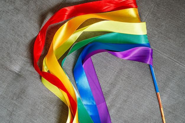 ゲイを祝う方法を使用して虹lgbtフラグ色のリボン Premium写真