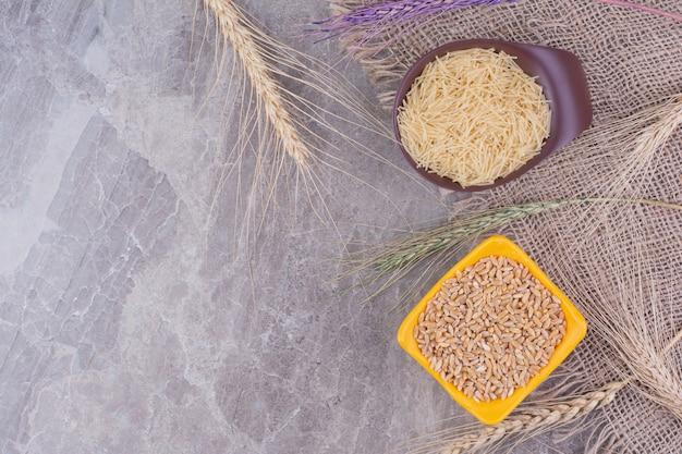 별도의 접시에 쌀과 파스타 무료 사진