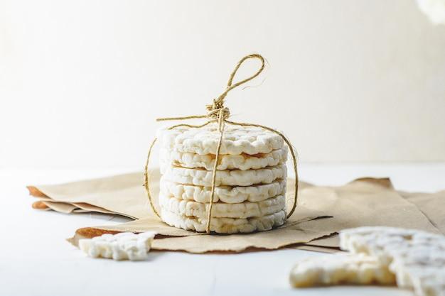 Крекеры рисовые, перевязанные деревенским шнуром на картоне. Premium Фотографии