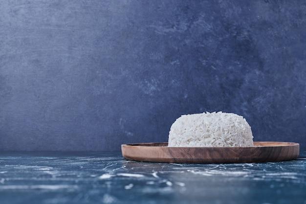 나무 접시에 쌀 장식. 무료 사진