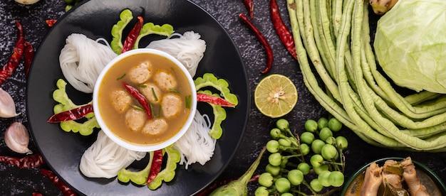 米麺とココナッツミルクの溶液。 無料写真