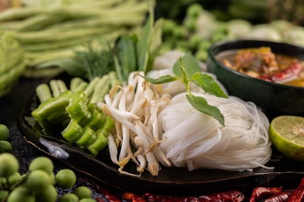 米麺とおかず。 無料写真
