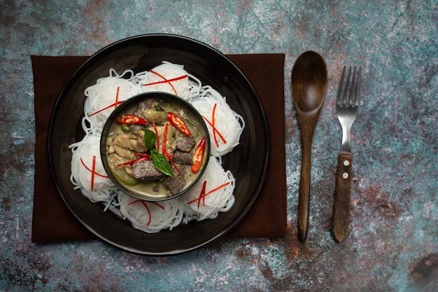 Рисовая лапша, куриное зеленое карри, тайская еда на кокосовом молоке. Бесплатные Фотографии