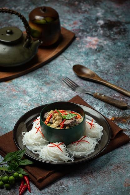 ライスヌードル、チキングリーンカレー、ココナッツミルクタイ料理。 無料写真