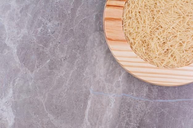대리석에 나무 접시에 쌀 국수 무료 사진