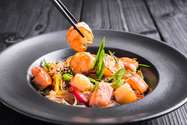Rice noodles with shrimps and vegetables Free Photo