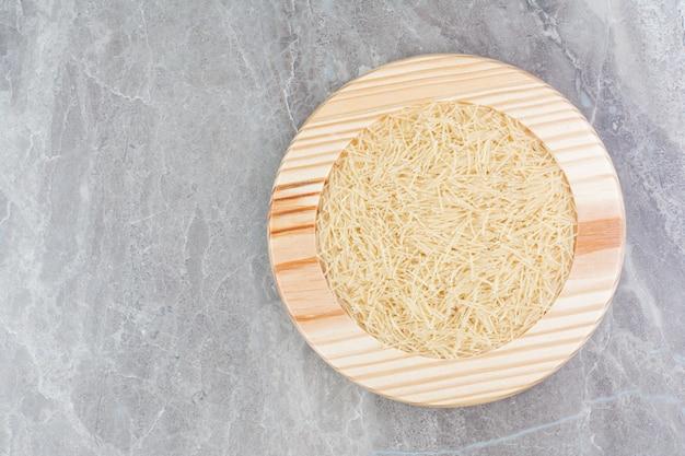 둥근 나무 접시에 쌀 파스타 무료 사진
