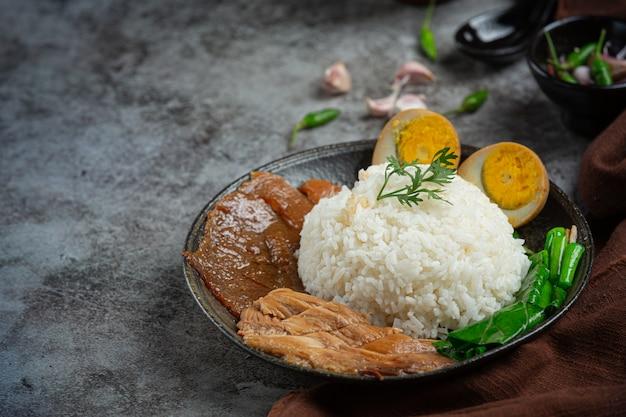 Рис с тушеной свининой по-китайски красивые гарниры, тайская еда. Бесплатные Фотографии