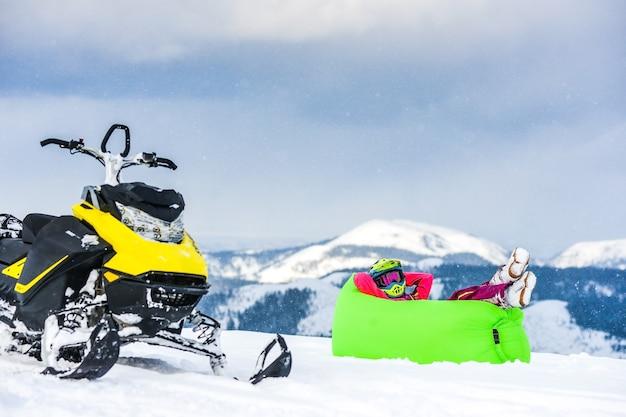 Всадник на снегоходе в горах Premium Фотографии