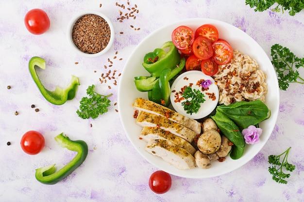 ダイエットメニュー。健康的な生活様式。オートミールのおridge、鶏の切り身、新鮮な野菜 Premium写真