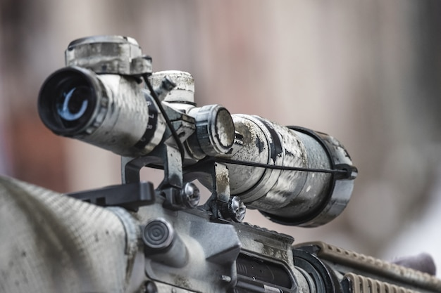 Прицел винтовки на улице с размытым фоном. Premium Фотографии