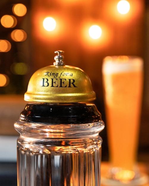ビールグラスの背景を持つビールのリング Premium写真
