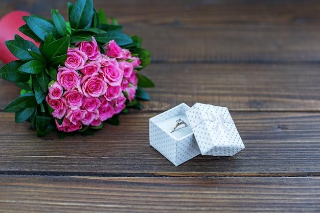 Кольцо в подарок и букет роз. Premium Фотографии