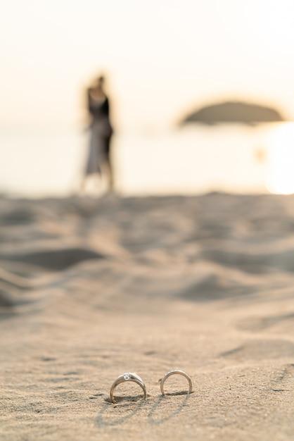 新郎新婦とビーチでリング Premium写真