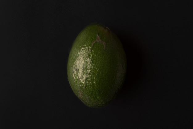 Спелый авокадо, изолированные на черном Бесплатные Фотографии