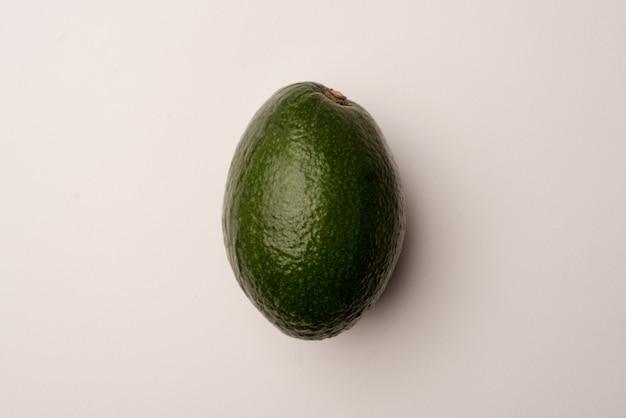 Спелый авокадо, изолированные на белом Бесплатные Фотографии