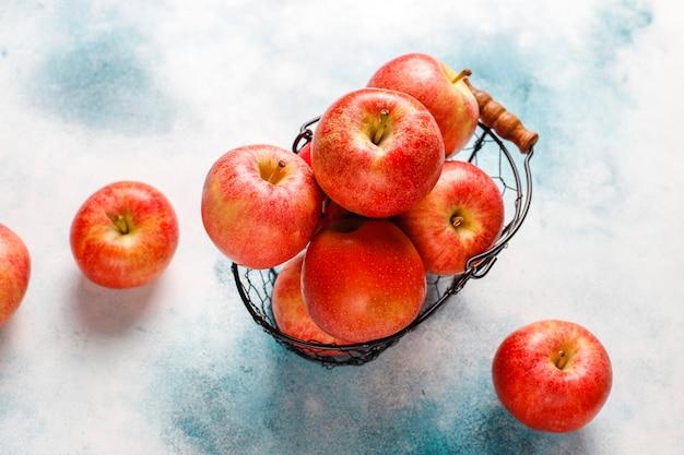 熟したおいしい有機赤リンゴ。 無料写真