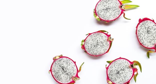 熟したドラゴンフルーツまたはwihte背景にピタハヤ。上面図 Premium写真