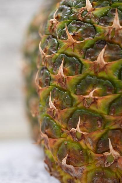 Зрелые сочные ананасы на поверхности grunge, конце-вверх. Бесплатные Фотографии