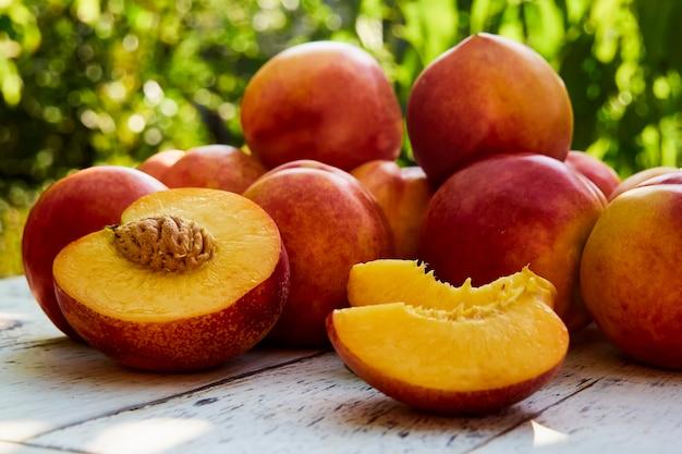 古い木製のテーブルに熟した桃 Premium写真