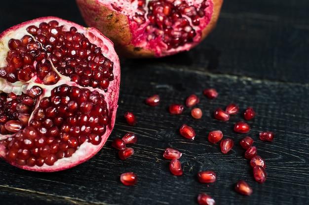 Ripe pomegranate, pomegranate kernels Premium Photo