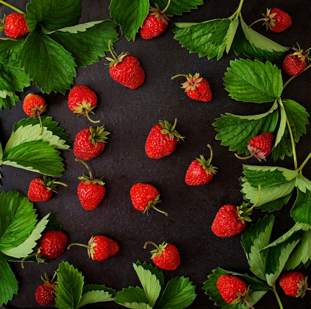 Ripe strawberries and leaves. top view Free Photo
