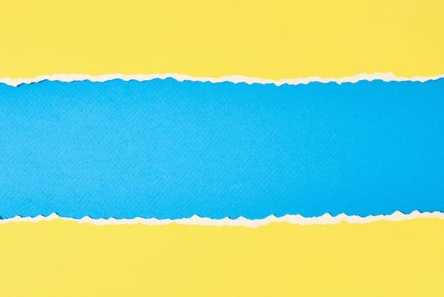 破れたエッジのある破れた色紙 Premium写真