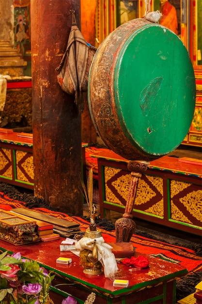 ヘミス修道院の儀式の太鼓。インド、ラダック Premium写真
