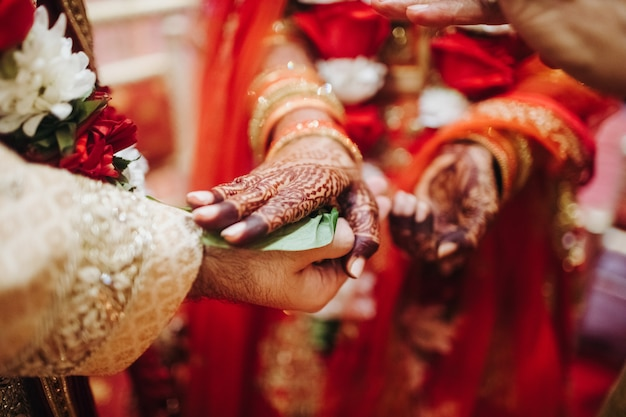 Ritual with coconut leaves during traditional hindu wedding ceremony Free Photo
