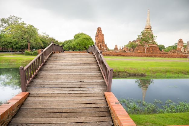 역사 공원 배경, 태국 와트 Mahathat 사원 아유타야에서 강 다리 프리미엄 사진