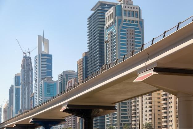 青い空と高い住宅やオフィスビルを背景にした道路 Premium写真