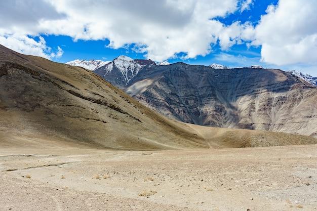 A road to beautiful magnetic hill in leh, ladakh, india Premium Photo