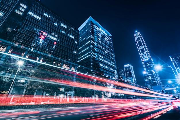 Архитектура road city nightscape и нечеткие автомобильные фары Premium Фотографии