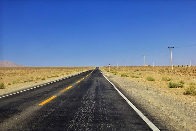 Дорога по пустыне ирана в деревню абьянех Premium Фотографии