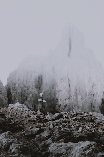 Дорожные указатели возле заснеженных гор Бесплатные Фотографии