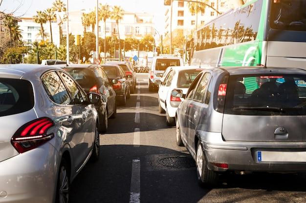 ラッシュアワーの都市生活における道路交通渋滞 Premium写真