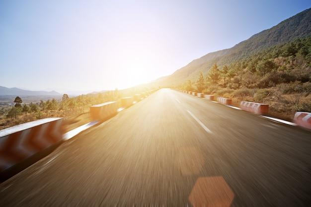 日没時に消失点と道路 無料写真