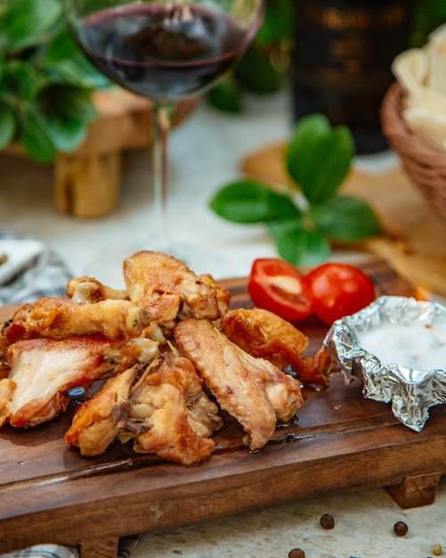 Roasted chicken wings with tomato Free Photo