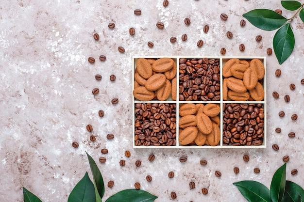 焙煎コーヒー豆とコーヒー豆の形をしたクッキー 無料写真
