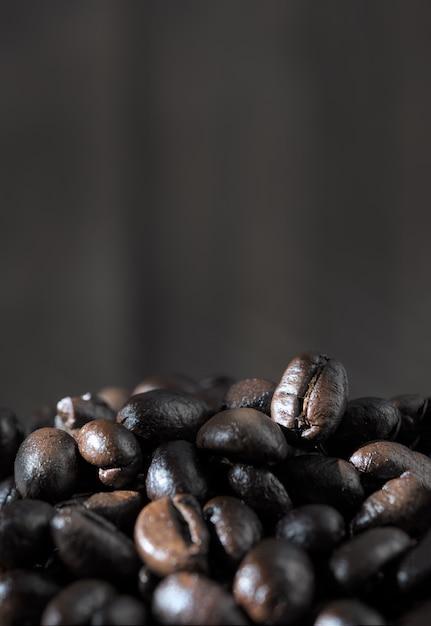 Жареные кофейные зерна на фоне древесины гранж Premium Фотографии