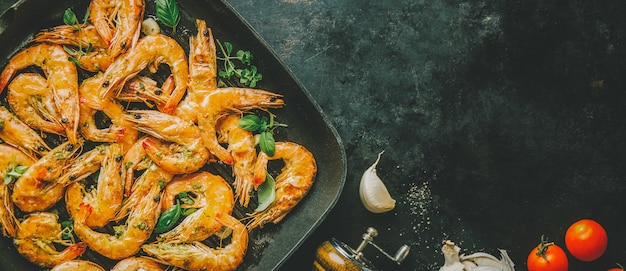 Roasted grilled shrimps on pan Free Photo