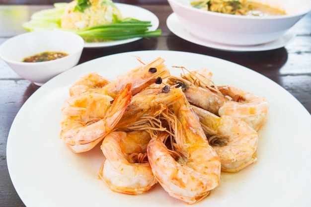 Roasted shrimp served in white dish ready to eat Free Photo