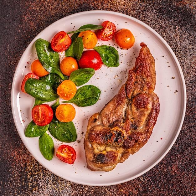 Жареный стейк из индейки с салатом Premium Фотографии