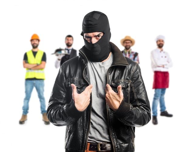 Разбойник делает неожиданный жест Premium Фотографии