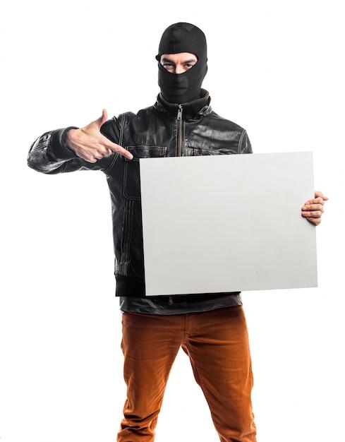Robber in possesso di un cartello vuoto Foto Gratuite