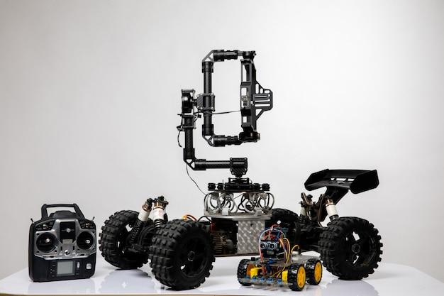ジョイスティックが付いたロボットスタイルの車 無料写真