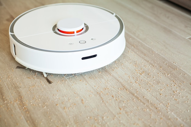 ロボット掃除機は、特定の時間にアパートの自動掃除を行います。スマートホーム Premium写真