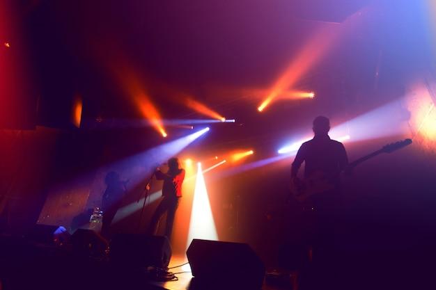 콘서트 무대에서 락 밴드 실루엣입니다. 무료 사진